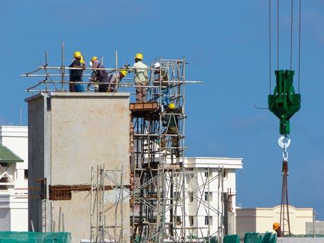obreros en la obra de un edificio
